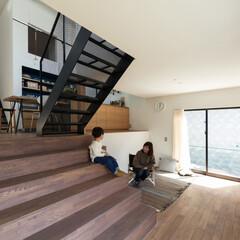 新築/木造/住宅/間取り/戸建て/大阪/... 大きな階段のあるリビング。半階上にダイニ…