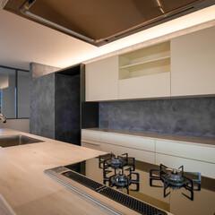 キッチン/リノベーション/リフォーム/建築家/設計事務所/奈良/... キッチンからは階段吹抜越しに既存のステン…(1枚目)
