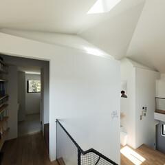 新築/木造/住宅/戸建て/間取り/大阪/... 洗面室の手前から箱階段を上がって納戸へつ…