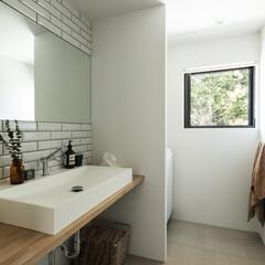 新築/木造/住宅/間取り/戸建て/大阪/... 雑木林の緑を楽しめる洗面室・浴室。壁面は…