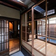 京都/大阪/奈良/関西/京町家/町家/... 玄関戸の奥に半屋外の内玄関。右手は見世の…