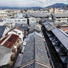 瓦/屋根/甍/長屋/京町家/町屋/... 五条通側からの俯瞰。遠くに比叡山をのぞむ…
