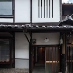 古民家/町屋/町家/改修/リノベーション/リフォーム/... 玄関建具は美装して再利用。屋根は葺き土を…