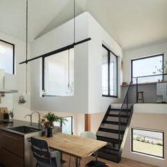 新築/木造/住宅/戸建て/一戸建て/家/... リビングの上はテラスを納めた小さな家。内…