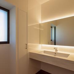 洗面所/洗面/サニタリー/照明/間接照明/洗面水栓/... 洗面は浴室・脱衣室と別に回廊の一角に配置…