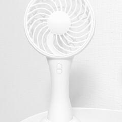 ダイソー/ハンディファン/ホワイト雑貨 DAISOのモバイルファン。風量も充分で…