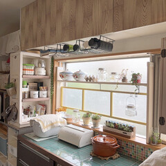 100均DIY/ダイソーDIY/ナチュラル/カフェ風インテリア/リメイクシート/キッチン収納/... 元々は白い吊り戸棚です。 賃貸なので塗る…