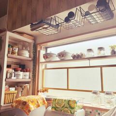カフェ風/レトロ/吊戸収納/ソーラーライト/ベトナムホーロー/ラブリコ/... キッチンで使うものは出しっぱなし収納にす…