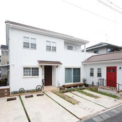 外観/漆喰/陶器瓦/木製玄関ドア/赤い玄関ドア 赤い木製ドアがトレードマークのお家!