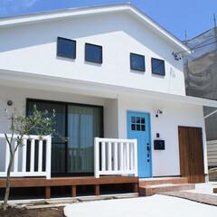 外観/サーフスタイル/漆喰/木製玄関ドア 海辺を意識したサーフスタイルのような外観…