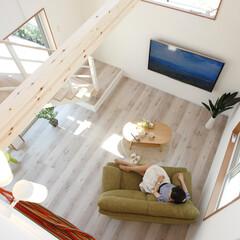 新築一戸建て/分譲地/モデルハウス/スリット階段/吹抜/注文住宅/... リビングの上には吹抜をもうけて、明るく開…