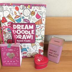 子ども部屋/学習机/アクタス/ダイソー 机まわりは、ピンク色の雑貨をまとめて飾っ…