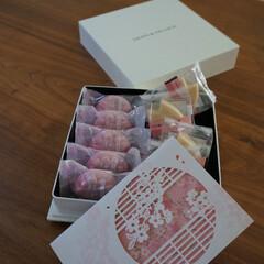 贈り物/桜の季節/ディーン&デルーカ/お重 桜の最中と、桜の花びらの形をした麩焼き御…