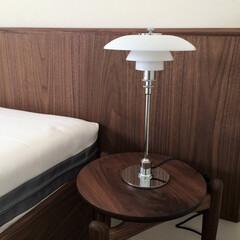 リミアな暮らし/北欧インテリア/照明/ルイスポールセン/寝室 寝室に置いたルイスポールセンのテーブルラ…