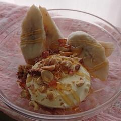 フォロー大歓迎/おやつ/バニラアイス バニラアイスと冷凍バナナ🍌とナッツでおや…