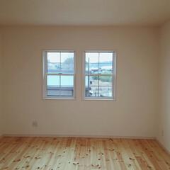 上げ下げ窓/子供部屋/キッズルーム/日野町/滋賀/ホワイト(白色)インテリア/... 無垢材・パインのフローリングをリボスで塗…