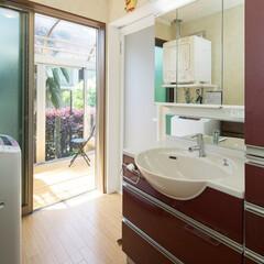 洗面室/洗面所/洗濯動線 《洗面室》 階段の奥にあり、一部階段下と…
