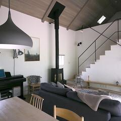 リビング/薪ストーブ/建築家/設計士/吹き抜け/愛知/... ロフトのある天井の高いリビング・ダイニング