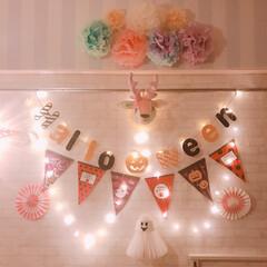 ハロウィン/ハロウィン飾り付け/リビング/リメイクシート/ガーランド/100均/... リビングの壁にハロウィン飾り付けを増やし…