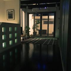 お家アウトドア/カフェテラス/夜のインテリア/間接照明/ガラスブロック/テラス/... 夜のインテリア ガラスブロックが程よい間…