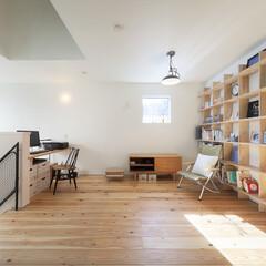 自然素材/無垢材/無垢杉の床/漆喰の壁/W断熱の家/土間のある家/... . ~吹抜けに面したフリースペース  壁…