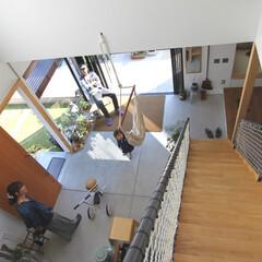 自然素材/無垢材/無垢杉の床/漆喰の壁/白い壁/W断熱の家/... . ~リビング中央の階段から  土間全体…