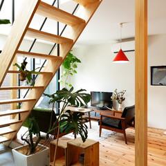 自然素材/無垢材/無垢杉の床/漆喰の壁/白い壁/W断熱の家/... . ~雑貨や観葉植物で彩られた  リビン…