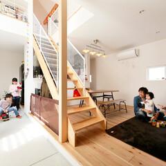 自然素材/無垢材/無垢杉の床/漆喰の壁/白い壁/W断熱の家/... . ~いつも家族を身近に感じられる  間…