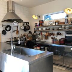 キッチン/キッチンスタジオ/調理器具/食器/照明/白い壁/... . ~料理の腕前がプロ級の  夫人こだわ…
