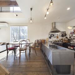 自然素材/無垢材/無垢杉の床/漆喰の壁/白い壁/W断熱の家/... . ~床の水洗いができるように  リビン…