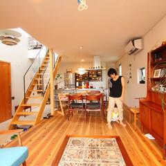 無垢材/自然素材の家/階段/吹抜け/リビング/ダイニング/... . ~暮らしをタノシム家は  子どもの笑…