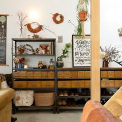 自然素材/無垢材/無垢杉の床/漆喰の壁/白い壁/外断熱/... . ~土間スペースの収納も  雑貨や植物…