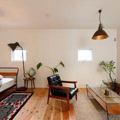無垢材/自然素材/白い壁/観葉植物/ベッド/アンティーク家具/... . ~シックなトーンで統一された  2階…
