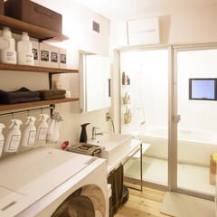 自然素材/無垢材/無垢杉の床/漆喰の壁/白い壁/四角の家/... . ~洗剤のボトル等も統一して  ナチュ…