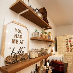 自然素材/無垢材/無垢杉の床/漆喰の壁/白い壁/W断熱の家/... . ~調味料や小物をおしゃれに並べた  …