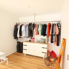 自然素材/無垢材/無垢杉の床/漆喰の壁/白い壁/W断熱の家/... . ~フリースペースの一角に  ハンガー…