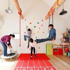 自然素材/無垢材/無垢杉の床/漆喰の壁/白い壁/四角の家/... . ~2階のフリースペースを  お子様が…