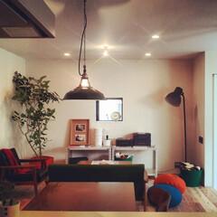 自然素材/無垢材/無垢杉の床/漆喰の壁/白い壁/四角の家/... . ~アンティークテイストに  対照的な…
