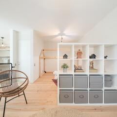 自然素材/無垢材/無垢材の床/漆喰の壁/白い壁/観葉植物/... . ~収納ラックでゆるやかに仕切って  …