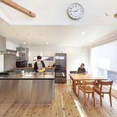 自然素材/無垢材/無垢杉の床/漆喰の壁/白い壁/W断熱の家/... . ~開放的なオープンキッチンは  家事…