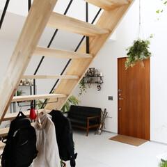 土間/自然素材/無垢材/階段/吹抜け/ディーズスタイル/... . ~階段下に金具をセットすることで  …