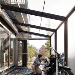 自然素材/無垢材/土間/四角の家/ハコの家/デザイナーズ住宅/... . ~リビングから繋がる広々テラスは  …