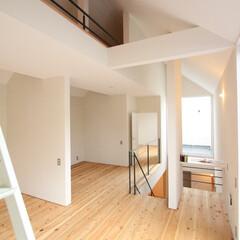 自然素材/無垢材/フリースペース/漆喰の壁/白い壁/無垢杉の床/... . ~空間の使い方は自由自在!  間仕切…