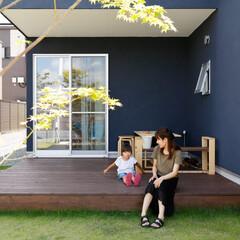ウッドデッキ/無垢材/黒い壁/黒い外壁/庭/植物/... . ~玄関の土間から繋がる  広々ウッド…