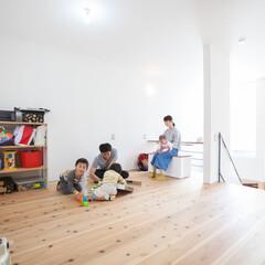 自然素材/無垢材/無垢杉の床/漆喰の壁/白い壁/W断熱の家/... . ~明るい2階のフリースペースは  お…