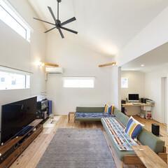 自然素材/無垢材/無垢杉の床/漆喰の壁/白い壁/2階リビング/... . ~片流れ屋根の形状を利用した  高さ…