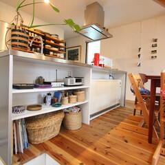自然素材/無垢材/無垢杉の床/漆喰の壁/白い壁/外断熱/... . ~キッチンカウンター下の棚は  バス…