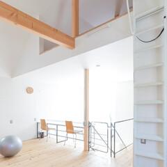 自然素材/無垢材/無垢杉の床/漆喰の壁/白い壁/土間のある家/... . ~2階のフリースペースには  片流れ…