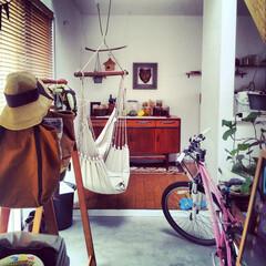 自然素材/無垢材/無垢杉の床/漆喰の壁/白い壁/吹抜け/... . ~趣味の自転車や癒しのハンモック、 …