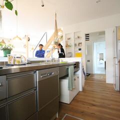 自然素材/無垢材の床/漆喰の壁/四角の家/ハコの家/D'S STYLE/... . ~リビングに対面したキッチンは  洗…
